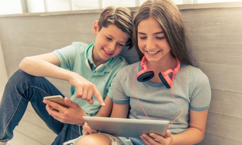 Zwischenzeugnis_Zwei Schüler verbessern dank Online-Nachhilfe ihre Noten
