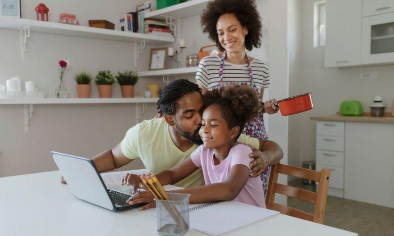 Schulstress: Familie hilft Maedchen beim Lernen